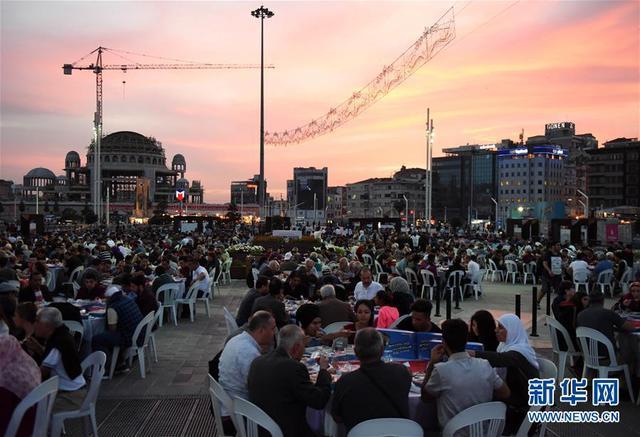 5月16日,在土耳其伊斯坦布尔塔克西姆广场,民众在吃晚餐。当日,土耳其迎来斋月第一天。日落后,伊斯坦布尔各城区为民众提供免费晚餐,庆祝斋月首日。 新华社记者 贺灿铃 摄