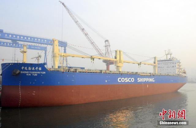 """1月11日,由大连中远海运重工设计建造的多用途纸浆船""""中远海运开拓""""轮在辽宁大连命名交付。该船为中国船厂迄今为止建造交付的最大多用途纸浆船,载重可达6.2万吨。船舶能在除南北极外的全球海域航行,不仅可运送纸浆,还可运送高铁列车、风电设备、大型机械设备、超长超重钢管桩结构等。该船船东为中远海运特种运输股份有限公司,船舶交付后将主要用于中国—巴西之间的纸浆运输。中新社记者 杨毅 摄"""