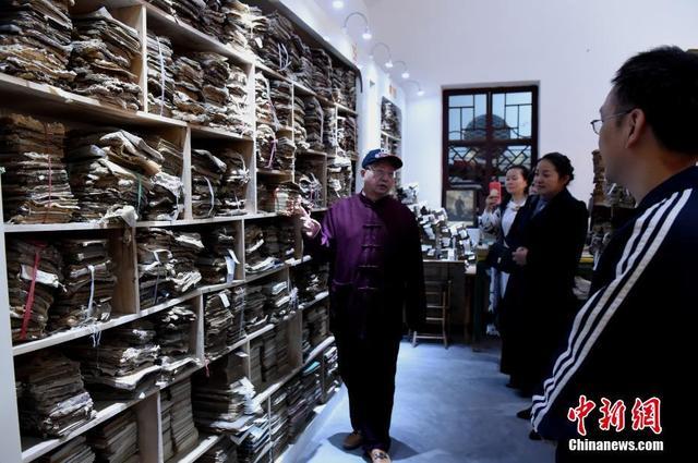 10月11日,重庆民间人士收藏的古书吸引市民参观。记者走访了解到,重庆民间收藏家刘光瑞花费30多年时间,从全国各地收集古书超过10万册,包含汉代木简以及华佗的《华氏中藏经》古医书等。据介绍,刘光瑞收藏的10万册古书中,有5万册是文史类书籍,有5万册是中国古医书。目前,这些古书大部分保存完好,少部分因为年代久远已经破损。木简则被放在药水中浸泡,以防止再次破损。而该博物馆也安排了工作人员对已破损古书进行整理,等待进一步研究。周毅 摄