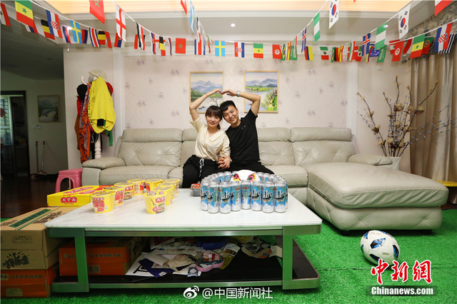 """世界杯临近,你想好怎么度过了吗?郑州一对""""95后""""小夫妻把家装扮成了豪华看球客厅,左邻右舍都""""惊呆了"""":草坪、足球、啤酒、泡面和各国足球队的彩旗,还有""""世界杯""""赛程和球星梅西的海报。是不是很有看球的气氛?(董飞、王涛)"""