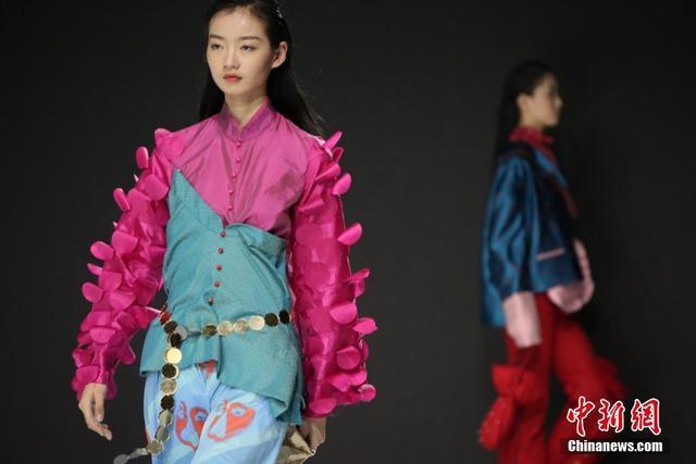 """4月16日,北京服装学院2018年开年的大型时尚盛会--北京服装学院服装艺术与工程学院2018届毕业设计展暨北服时装周举行。当日,""""2018北服时装周毕业设计静态展""""同时面向大众开放。以""""Better Life,美好生活""""为主题的 """"北服时装周"""",在4月16日至23日期间,将全方位呈现服装艺术与工程学院女装设计、男装设计、运动装设计、针织服装设计、戏剧与影视服装设计、服饰传承与创新设计、设计实验等各专业方向毕业生的艺术才华和学院的教学成果。中新社记者 任海霞 摄"""
