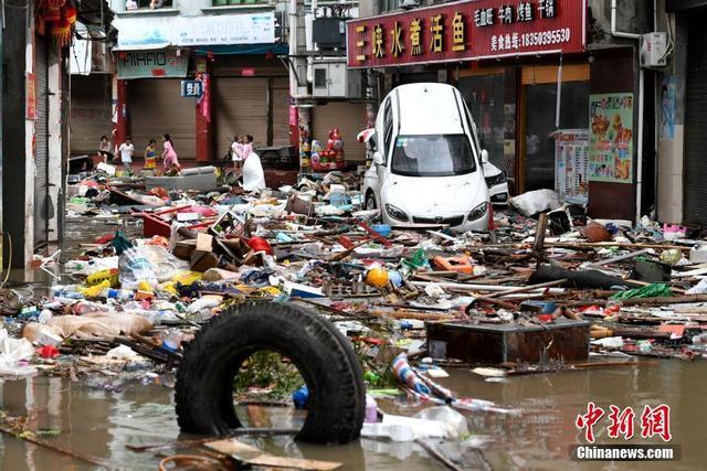 """7月11日,强台风""""玛莉亚""""带来的狂风暴雨导致福建省霞浦县牙城镇受灾严重,一片狼藉。当日上午9点10分前后,今年第8号台风""""玛莉亚""""在福建连江黄岐半岛沿海登陆,登陆时中心附近最大风力14级。中新社记者 王东明 摄"""