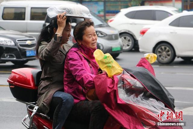 10月10日,冷空气和雨水组团袭击广西柳州市。当地气温骤降,最低气温只有16℃。受冷空气影响,出行民众纷纷换上秋装,将自己包裹严实。据广西气象台预报,从10日起,桂北、桂中大部和桂南的部分地区有3至4天日平均气温≤22℃的寒露风天气过程。林馨 摄