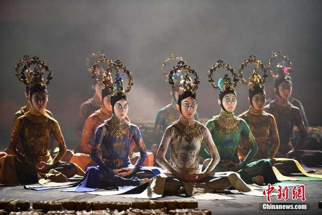 10月11日晚,舞蹈家杨丽萍的新作《春之祭》在云南昆明首演,正式拉开了该剧全球巡演的序幕。中新社记者 刘冉阳 摄