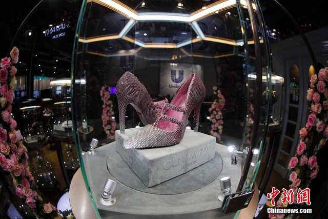 """11月8日,在上海举行的首届中国国际进口博览会上,英国价值3000万元人民币的粉色钻石珠宝鞋""""春灿""""亮相展会。这双鞋的鞋体由4颗1克拉主石,超1万颗共计300克拉的粉红钻石镶嵌而成。中新社记者  杜洋 摄"""