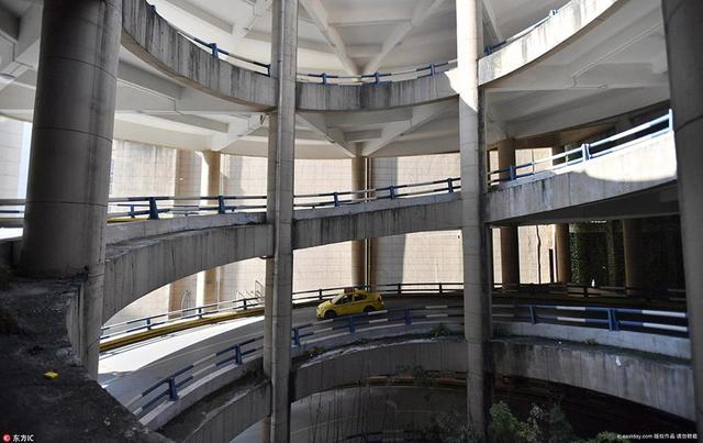 重庆市江北区首创鸿恩小区三期,有一个旋转车道,车主从主干道开车回家,需要转4圈半才能到达小区。