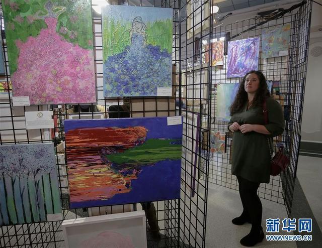 10月11日,在加拿大温哥华,来宾参观残障人士创作的作品。 当日,温哥华举行残障人士美术作品展,旨在呼吁大众关注残障人士身心健康和展示残障人士的艺术才华。 新华社发(梁森摄)