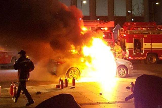 据英国《镜报》报道,韩国又一名出租车司机在抗议一款即将推出的拼车应用软件的活动中,在车内自焚身亡。