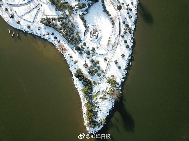 从空中看雪后的张公山小岛,有不一样的美。(蚌埠日报全媒体记者 张建平)