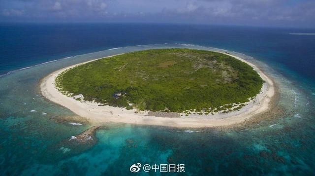 """2017年9月起,三沙在陆地面积仅1.2平方公里的七连屿实施""""岛长制""""试点。一名总岛长和7名二级岛长负责岛礁景观整治、陆海污染物排放管控、海龟上岸产卵保护、海洋生态保护与修复等,15名渔民也变成了护礁员,加入了岛礁保护行列。三沙设市后,注重岛礁和海洋生态保护,海龟上岸产卵数量连年增长,从2014年52窝增长至目前168窝。(记者 马智平 刘小利)"""