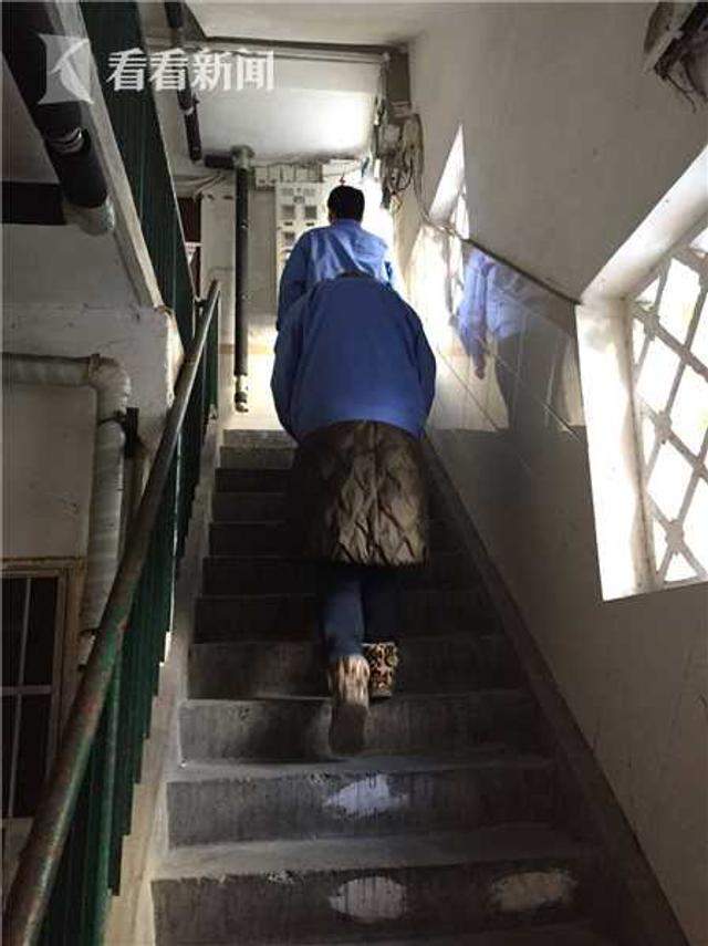 零下几度的天气,小区水管接口等容易出现漏水开裂情况。今天(12日),上海城投水务集团的几个小分队就前往部分老小区进行巡检,特别对一些孤寡、独居老人用户做到上门一一检查。