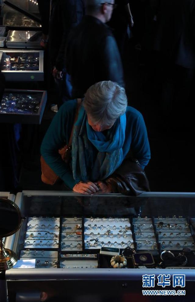 3月11日,在德国法兰克福,人们在第十八届古董钟表珠宝展上选购钟表珠宝。在法兰克福举行的第十八届古董钟表珠宝展吸引了来自全球各地的60家展商参展,近千名钟表珠宝专业人士和收藏爱好者前往参观选购。新华社记者 罗欢欢 摄