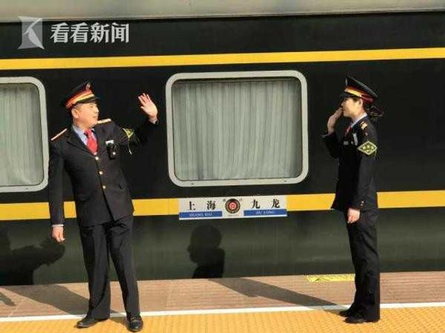 2018年春运,在开往香港九龙Z99次列车上,有一对夫妻格外引人注目,他们是本次列车的两位列车长张弛与他的爱人康洪英。