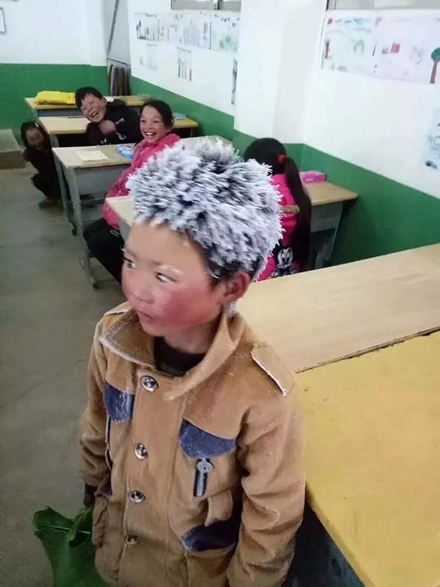 """""""冰花男孩""""   寒冷的冬季,一张云南昭通""""冰花男孩""""的照片牵动无数人的心,让人慨叹孩子的上学路是如此艰难,也让更多人对高寒山区求学的孩子多了一份牵挂。   据了解,""""冰花男孩""""所在的云南昭通市鲁甸县新街镇转山包小学,一共有147名学生,家距离学校最近的要走10分钟,最远的要走上将近两小时的山路。   1月12日,都市时报记者跟随""""冰花男孩""""重走了一次上学路。"""