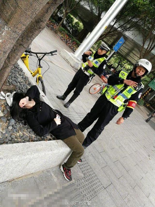 1月12日报道,1月10日早上9时许,广州越秀大队江警官、曾警官等人在沿江路海印桥底救助了一名因未吃早餐晕倒在地的女子,并买来早餐给该女子充饥。