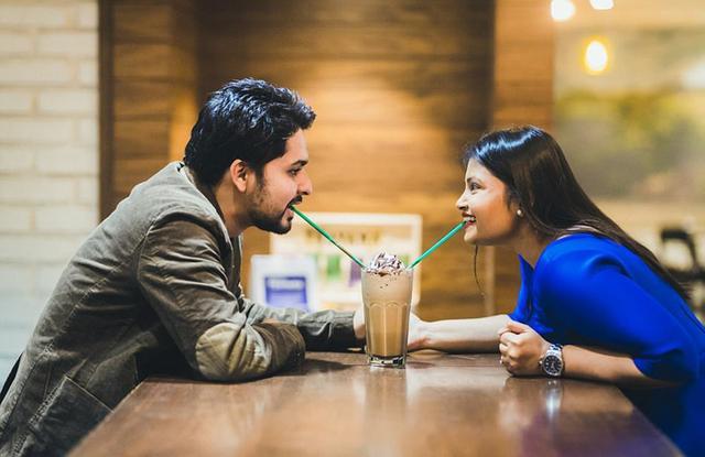 据英国《每日邮报》1月10日报道,与一般情侣选择在唯美的风景或是专门布置的场景中拍摄婚纱照不同的是,印度孟买的一对吃货情侣选择了以他们俩共同的爱好——美食为主题拍摄真实而又别致的婚纱照。