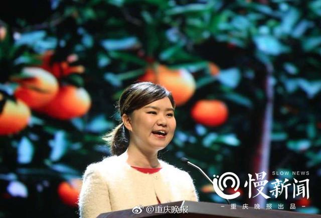 喜欢吃水果的重庆人,尤其在冬季,离不开奉节脐橙。在重庆,有个最会吃脐橙的80后姑娘,叫彭阳,奉节就是她的老家,她吃橙子的过程,可以说严苛到一定程度,甚至利用红外线探测果子甜酸度。除了是吃货以外,她也出售脐橙,她创造了一个行业奇迹——短短一年多时间,山橙时代在线上拓展150多个渠道,线上销售占比高达25%,远高出行业7%的平均水平;线下发展9大区域省级代理,1000家奉节脐橙销售直营店,线上线下销售脐橙4000多吨,销售收入4000多万元。