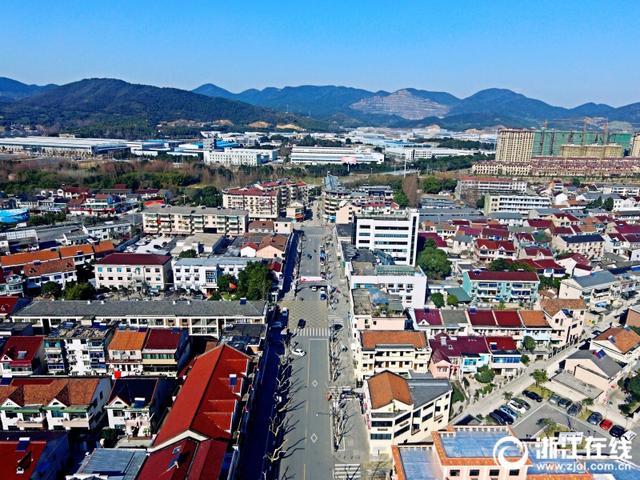 该镇小城镇综合整治主要包括新老街区主要道路改造、沿街建筑立面整治以及对部分房屋按照传统民居进行改造等28个重点项目。