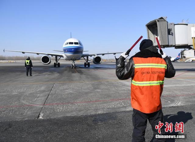 """2月13日,距离中国农历除夕还有2天的时间。在人们加快回家脚步的背后,有着这么一群人,默默地守护着繁忙的春运。王博文就是其中一员,他是在吉林长春工作的一名航线工程师,被称为飞机的""""医生"""",是保障万米高空安全的""""幕后英雄""""。在飞机降落后,他需要对飞机的内外进行全方位、无死角的检查与维护,以保障飞机能够安全起飞。工作5年的王博文,有两年没有和家人一起过除夕了。今年,他还将继续坚守在岗位上,为旅客的归家之旅保驾护航。 张瑶 摄"""