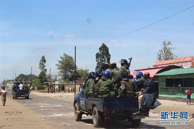 1月12日,赞比亚警方在赞首都卢萨卡西部卡尼亚马镇街道上巡逻。赞比亚首都卢萨卡西部卡尼亚马镇12日发生骚乱。一些居民封堵道路,燃烧轮胎并与防暴警察发生冲突,骚乱范围随后扩大,警方使用催泪瓦斯驱散人群,并逮捕55人。中国驻赞比亚大使馆当晚再次发出安全提醒,提醒在赞同胞防范霍乱的同时,也要切实重视防范社会动乱,减少外出,尤其避免前往疫情严重及人口密集地区,以免造成人身伤害。新华社发(昌达·姆温亚摄)