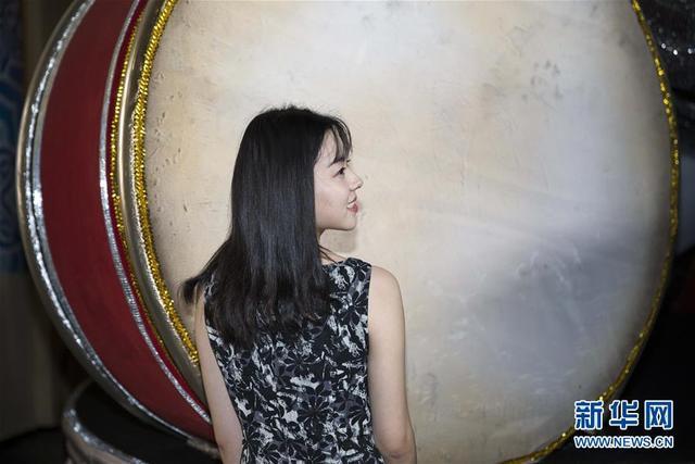 """2月8日,在巴西里约热内卢,贺婷婷在桑巴城内的""""塞拉诺帝国""""桑巴舞校场地内留影。在2018里约狂欢节上,以中国主题亮相里约狂欢节的巴西老牌桑巴舞校""""塞拉诺帝国""""向世界展示了中国文化的魅力。而在具有中国元素的游行花车上,两名来自中国的环球小姐也格外引人注目。李珍颖,来自中国上海,2016环球小姐中国区冠军;贺婷婷,来自中国湖南长沙,2016环球小姐中国区前5名。她们都是第一次来到巴西里约热内卢,在感受巴西桑巴文化的同时,也希望向巴西民众传递更多的中国文化。新华社记者李明摄"""