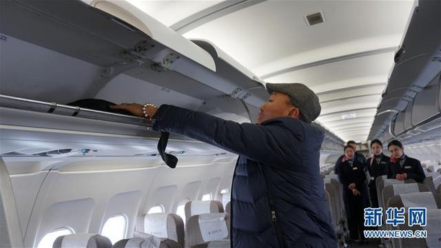 2月8日,在西宁曹家堡机场,巴音达拉在飞机上放置行李。 41岁的巴音达拉从没想过自己有一天能坐着飞机回家,更没想过春运机票价格能低至150元。直到顺利通过安检,忐忑多日的他才慢慢放松下来。记者在西宁曹家堡机场候机楼见到这位蒙古族汉子时,他正和妻子通着电话,言辞欢快、表情喜悦,回家的兴奋之情溢于言表。巴音达拉告诉记者,从青海省西宁市到德令哈市,500公里路对他而言曾意味着万水千山。如今,他乡和家乡的距离只有1个小时。 新华社记者黄涵 摄