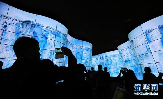 1月12日,在美国拉斯维加斯消费电子展上,人们在LG展厅体验曲面高清屏幕走廊。 2018年拉斯维加斯消费电子展12日闭幕。新华社记者李颖摄
