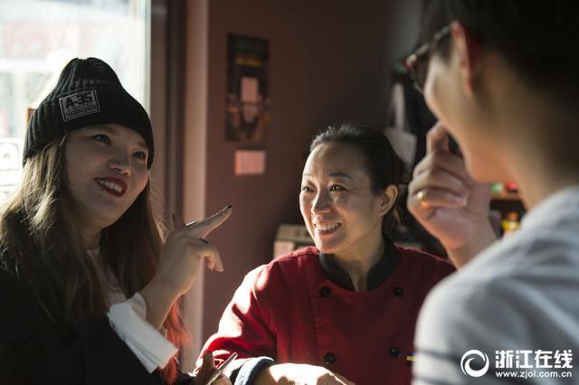 杭州滨江有一家很特别的餐厅,在这里就餐,需要多一份耐心。因为店里的负责人和服务员大多是聋哑人,点菜会慢一点。邱兰兰和吴江是夫妻,是这家餐厅的老板,也都是聋哑人。