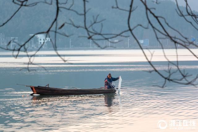 近日,宁波天气晴冷,东钱湖美丽如画。