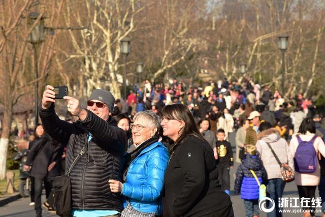 2月13日,杭城天气晴好,气温骤升,西湖边暖风醉人。