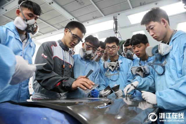 """日前,在第44届世界技能大赛上荣获汽车喷漆项目冠军的杭州技师学院教师蒋应成,晋升特级技师职业资格,这位还不满22周岁的优秀青年工匠成为我省首位""""95后""""特级技师。"""