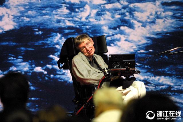 2018年3月14日,英国著名物理学奖史蒂芬·霍金去世,享年76岁。2002年8月15日,世界科学巨匠霍金和妻子来到浙江大学邵逸夫体育馆,留下了珍贵影像。