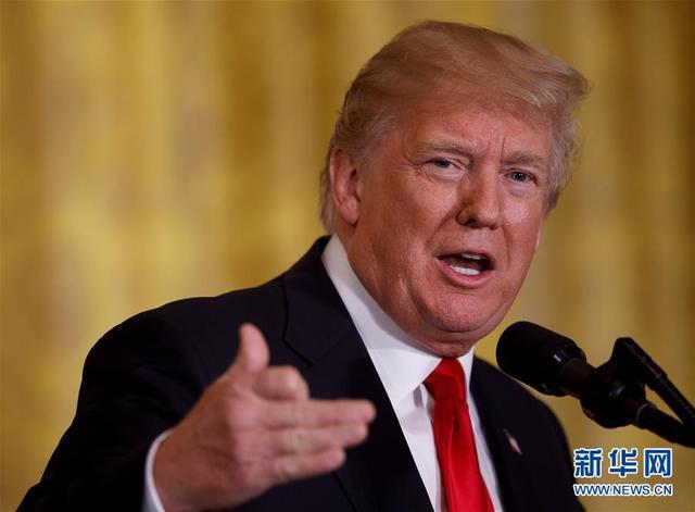 """1月10日,在美国华盛顿白宫,美国总统特朗普在和挪威首相索尔贝格(不在画面中)举行联合记者会时讲话。美国总统特朗普10日在与挪威首相索尔贝格共同主持的白宫记者会上说,美国有可能重返全球应对气候变化的《巴黎协定》,但前提条件是必须按美国意愿重新达成""""公平""""的协议。新华社发(沈霆摄)"""