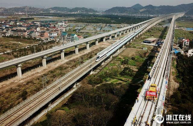 3月12日,浙江杭州萧山区,伴随着中铁四局铺轨机组铺下最后一对500米长钢轨,杭黄铁路客运专线轨道全线贯通。今后黄山游将更加方便。