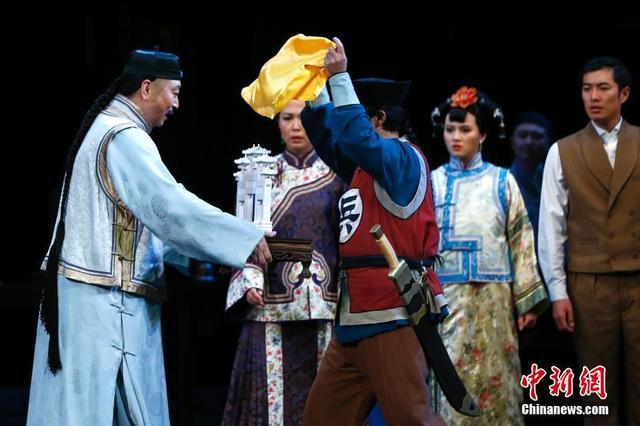 """1月12日,北京人艺京味儿戏《牌坊》再登首都剧场。故事讲述清末八国联军攻占北京,逃跑到西安的慈禧,遥控京城与西方列强""""议和""""。侵略者在谈判时以血洗北京相威胁,提出各种无理条件,其中第一款就是在东单大街为克林德修建一座纪念碑式的汉白玉石牌坊。该剧由杨立新指导,此轮演出将持续至1月28日。 中新社记者 富田 摄"""