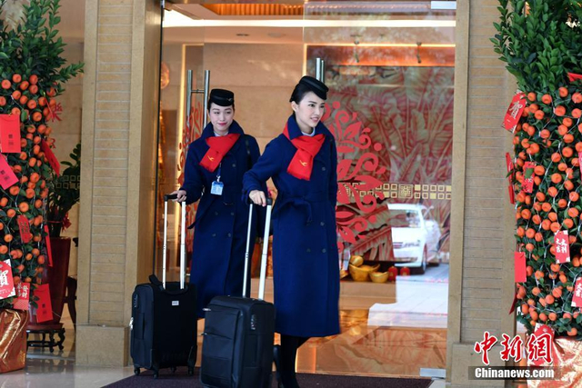 2018年2月,春运启动后,厦门航空的台湾籍空姐也迎来她们人生中的首个春运。她们与厦航其他职工一样,放弃休假,放弃回家过年,坚持在岗做好旅客服务工作。2月11日,中新网记者全程跟拍苏意雯和陈于萱两位台籍空姐,体验她们的首个春运历程。2017年,厦门航空首次大规模招聘台湾籍空中乘务员,经过数月的培训,这些台湾籍空姐分批进入单飞阶段(即乘务员不再带飞)。王东明 摄