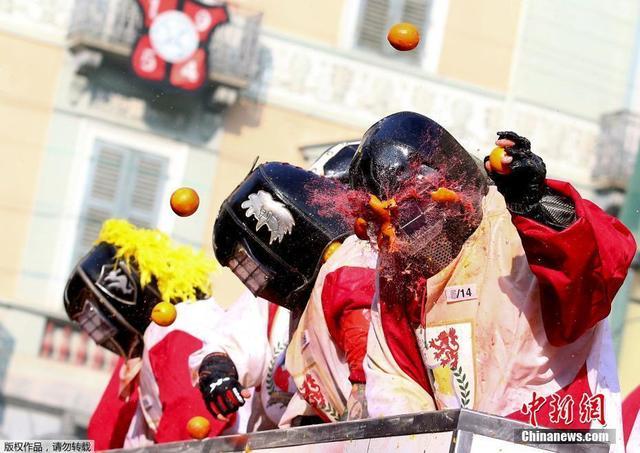 """当地时间2月11日,意大利伊夫雷亚小镇举行橙子狂欢节,参与者互扔橙子展开""""橙子大战""""欢乐无限。"""