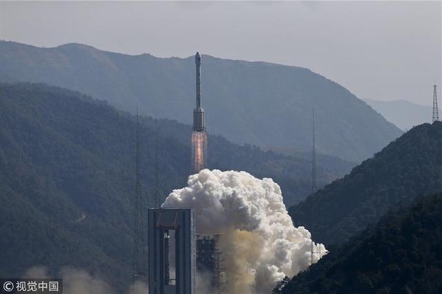 """2018年2月12日13时03分,我国在西昌卫星发射中心用长征三号乙运载火箭(及远征一号上面级),以""""一箭双星""""方式成功发射第二十八、二十九颗北斗导航卫星。这两颗卫星属于中圆地球轨道卫星,是我国北斗三号工程第五、六颗组网卫星。本次发射是北斗三号工程第三次全球组网卫星发射,也是农历鸡年中国航天的""""收官之战""""。  经过3个多小时飞行后,卫星进入预定轨道。后续将进行集成测试与试验评估,并与此前发射的四颗北斗三号导航卫星进行组网运行。"""