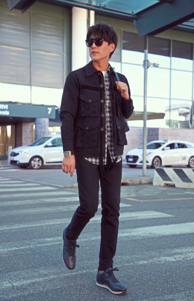 @靳东 以一身休闲气质造型抵达米兰机场,背着双肩包青春活力,搭配深蓝色豆豆运动鞋更显舒适沉稳,诠释出低调优雅的秋冬型格。尽显老干部绅士气质的靳东