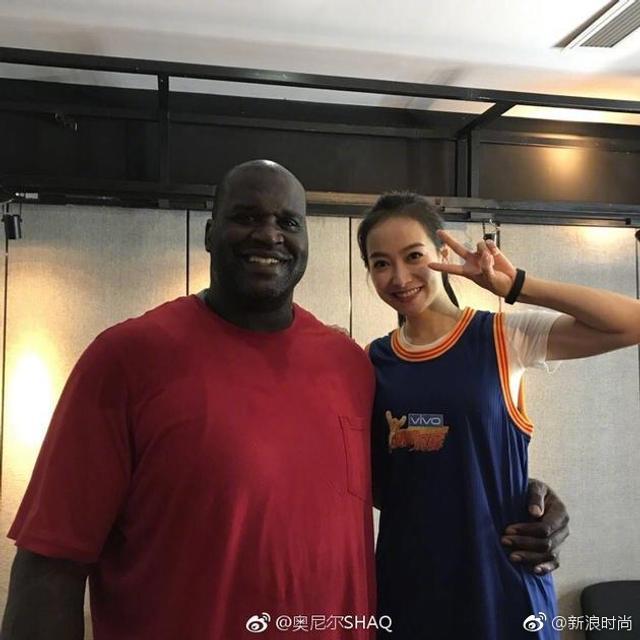 """近日@奥尼尔SHAQ 更新微博并晒出跟宋茜的拦腰合影,还配文""""我的新的中国女友"""",啥?!女友?!搞事情?!再翻翻奥尼尔的微博,可不止表白宋茜一个人。没想到这NBA赛场上的大鲨鱼,私底下竟然是个逗比,还把微博玩的很溜>>>"""