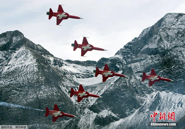 10月11日,在瑞士迈林根空军基地附近,瑞士空军飞机进行飞行表演。迈林根空军基地是瑞士主要空军基地之一,位于阿尔卑斯山区。每年秋末,瑞士空军都会在这里进行飞行训练表演。