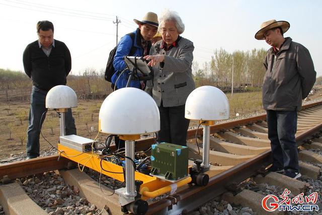 """光明网讯(林璐茜 廖廓)天上的北斗和地上的高铁,被誉为新时代中国速度和中国标准的国家名片。高铁速度的背后,也离不开北斗精度的护航。在2013年1月,原清华大学地球空间信息研究所所长过静珺教授和她的团队参与了中国铁路总公司《卫星定位和激光组合技术在高速铁路轨道检测和监测中的应用》科研攻关项目,2016年8月,该项目通过了铁总科技部的验收,迈出了北斗+高铁历史性的一步。  """"天上好用,地上用好""""  高铁轨道的不平顺,轻则影响乘坐舒适性,重则会造成列车降速,甚至会有列车脱轨的重大安全隐患。过静珺教授和她的团队自主研发的轨检小车融合了轨道工程沉降变形监测和轨道几何状态静态检测于一体。该技术基于北斗兼容GNSS卫星定位和惯导技术组合的监测及检测技术系统,在费用节约一半的情况下,效率较原有技术提升一个数量级,将大大提升我国高铁运营养护保障能力。  """"什么是北斗精度?我们的要求是快速静态定位精度必须达到毫米级。""""过静珺教授说""""高铁要发展,轨检技术也必须跟上这个步伐。我们原来的检测技术是德国进口的,耗时耗力。我就想我能不能用北斗技术帮上忙。""""  目前,通过算法优化,他们研发的新技术对特征点的静态测量已经可以达到2分钟3毫米。随着这个技术的大规模应用,实现高铁轨道绝对坐标2分钟快速、毫米级定位,确保高铁运行安全可靠,每年可为国家节省数亿元人民币。  2020年,全国铁路运营里程将达到15万公里,其中高速铁路3万公里,建成""""四纵四横""""高速铁路主骨架构网,到2025年,铁路网规模将达到17.5万公里左右,其中高速铁路3.8万公里,基本实现""""八纵八横""""主通道为骨架、区域连接线衔接、城际铁路补充的高铁路网。同时,随着""""走出去""""战略,未来10-20年,中国将在世界各地建成不少于2万公里的高速铁路。为了保持世界领先,高铁的发展还必须加大基础和应用技术创新成果运用,通过北斗等新一代信息技术与高速铁路技术的集成融合,实现高铁智能建造、智能装备、智能运营技术水平全面提升,使铁路运营更加安全高效、更加绿色环保、更加便捷舒适,推动中国高铁综合技术创新领跑世界。  巾帼耀北斗,最美夕阳红  马克思说,在科学上没有平坦的大道,只有不畏劳苦,沿着陡峭山峰攀登的人,才有希望达到光辉的顶点。  过静珺曾任清华大学地球空间信息研究所所长,是中国卫星导航定位及测绘学科以及北斗卫星技术核心算法领域的资深专家之一。在认识过静珺教授的人眼中,她总是""""不服老,上下求索,闲不下来"""",年近八旬的她还时常出现在科研勘测现场。  作为高精度定位应用的行业佼佼者,过静珺教授开创了太多的行业先河。  ——最早将卫星定位技术应用于对高层建筑物的位移监测。1995年深圳地王大厦落成,行业首例运用卫星定位技术和多传感器测量技术,解决超高层建筑风荷载安全位移监测的案例,并在之后的新央视大厦,平安大厦等异形高层建筑中运用北斗卫星定位技术方案,实现位移安全监测;  ——最早将卫星定位技术应用于大跨度悬索桥的位移监测。采用GPS卫星定位系统实时监测台风、地震、车载及温度变化对虎门大桥桥梁变形的影响,该项目2001年峻工,至今已正常运行16年。后来,这项技术后来被广泛应用在大型桥梁的安全位移监测中;  ——最早将卫星定位技术应用于对地质灾害滑坡监测。在四川雅安峡口滑坡示范区布设GPS监测网试验,证明了GPS滑坡监测的精度可以达到毫米级,完全可以应用于对危险滑坡地段的全天候、远距离监测;  ——2016年,将北斗高精度定位技术引入到中国""""天眼""""世界最大射电望远镜FAST馈源舱吊装监控系统。  好多技术,在她以后被行业内广泛使用。""""我不介意别人用我的方法,这是好事,这么多年了,科技在不断发展,要将新技术引进来,要有创新。""""对于科学,过静珺总是保持着开放的态度。  """"老老实实做人,认认真真做事。""""这是她常挂在嘴边的一句话。做事就要做到极致,做科研也一样,""""一项新技术推向应用哪能这么简单,做科研不能着急,要认真踏实地做。""""对她来说,追求极致才是应有的科学态度。诚朴勤毅本根树,公正廉明正气扶。老一辈科学家那些令人景仰的精神与品格,在过静珺教授的团队里不断传承。  定四时,分寒暑,均五行,移节度,皆系于斗  从古至今,中国人都非常看重北斗星的作用。2018年到2020年,北斗全球组网将进入密集发射期。未来,我国将建成一个以北斗系统为核心的,构建空天地海无缝覆盖、高精度安全可靠、万物互联万物智能的国家综合定位导航授时(PNT)体系。届时,时空信息服务将渗透到我们生活的每一个角落,北斗将无处不在,无时不在。""""这是一个令人兴奋并大有可为的时代!只要我的生命不终结,我为祖国科学事业的奋斗就不会终结。"""" 过静珺教授兴奋地表示。  从响应""""向科学进军""""的时代号召,到热情拥抱""""科学的春天"""",再到今天""""开启建设创新强国的新征程"""",以过静珺教授"""