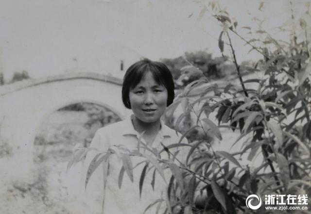 """徐立巧,乌镇泰丰斋旅游工艺品食品有限公司掌门人。这位曾经默默无闻的上海女知青,在时代的浪潮中坚韧搏击,改写了人生历史。在她手里,有100多年历史的姑嫂饼得以传承,并推陈出新,开发了20余种""""姑嫂饼""""系列。她还投资200万在乌镇建起一座富有江南水乡风情特色的姑嫂饼博物馆。"""