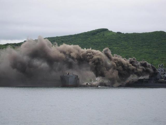 现代级导弹驱逐舰是苏联时期研制的大型导弹驱逐舰,它装备的反舰导弹威力大,速度快,射程远因此有着航母杀手之称。最近俄罗斯一海军军港内是滚滚浓烟,但这不是起火,只是现代级驱逐舰在启动时冒出的烟。