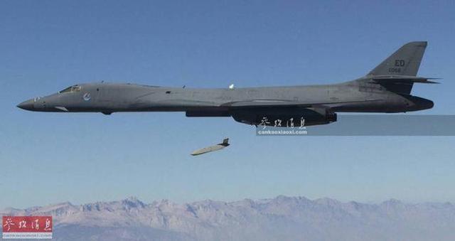 """当地时间4月14日,美英法三国联军对叙利亚境内多处""""化武""""相关目标发动巡航导弹空袭,总计发射约120枚。除""""战斧""""巡航导弹外,美军还首次使用了一种新型隐身巡航导弹,即AGM-158""""联合防区外空地导弹""""(简称JASSM),本图集就此简析。图为美军B-1B轰炸机投放AGM-158导弹资料图。"""