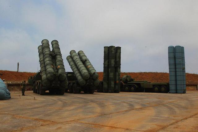 俄罗斯国防部官方社交媒体近日发布了俄罗斯在克里米亚南部展开战术演练,展示了其S-400导弹模拟器,作为充气模型,这套S-400的模型做的很逼真,除非走进才能分辨真假。可以在敌方空中侦察时蒙蔽对方。
