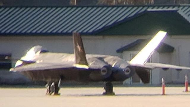 据国外《航空学者》网站12月7日发布的最新报道称,其收到一张据称拍摄于12月5日的匿名照片展示了在美国佐治亚州某机场内有一架疑似中国歼-20战斗机的图像。图像中的歼-20战斗机和实际上的歼-20战斗机造型差异不小,不过整体造型和歼-20结构类似,而且垂尾上有疑似中国空军的五角星军徽。随后该报道通过对比确定了这张照片的拍摄地为佐治亚州的萨凡纳·希尔顿海德国际机场,该机场是一个军民两用机场,包括美国空军的F-22、F-15战斗机都部署在该机场中。文章表示,这架所谓的歼-20造型和真机有不小差距,很可能只是模型。