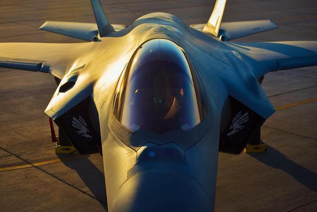 澳大利亚空军飞行员在美军卢克基地使用F-35战斗机进行飞行训练。自从2014年开始,已经有6架要交付澳大利亚的F-35A战斗机被部署到美军卢克空军基地,澳大利亚空军飞行员驾驶F-35A战斗机和美国空军第61战斗中队共同训练。