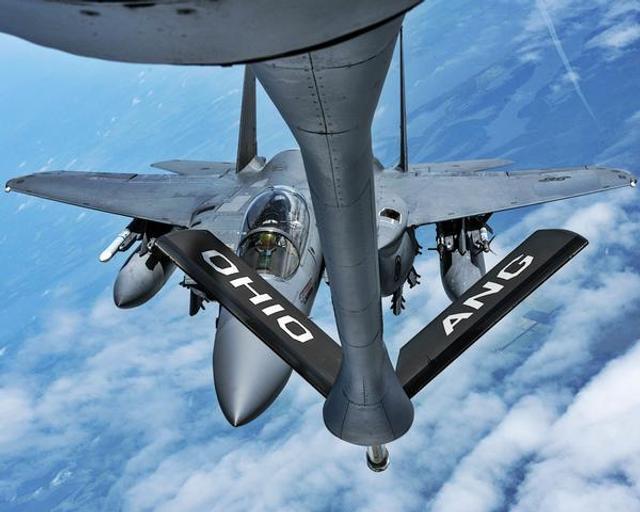 近日,美国F-15E战斗机在美国东南部和美国空军的KC-135加油机进行了空中加油演练。