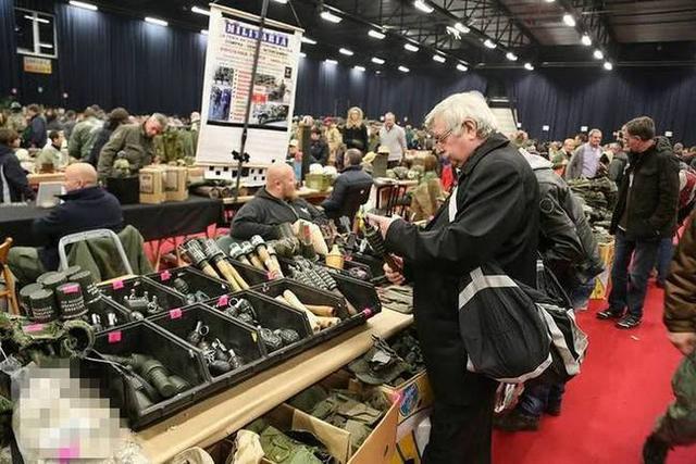 在比利时有一个很大的老旧二手军火市场,这里摆放着很多世界各地的被淘汰的各种军事物资;在交易大厅,所有的物品都是敞开供客户挑选。